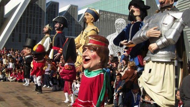 Desfiles de cabezudos y gigantes en los barrios de Zaragoza