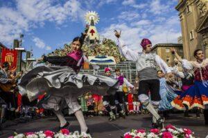 Ofrenda a la Virgen del Pilar y bailadores de Jota ofreciendo un espectáculo
