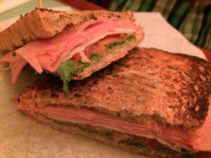 Cafeteria Faustino sandwich de jamón y pesto