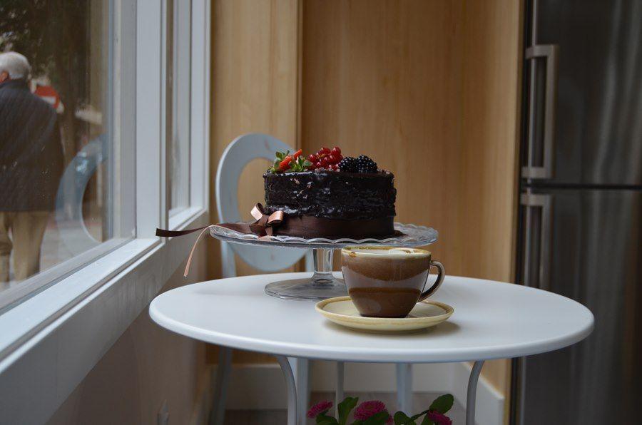 Café con leche y tarta de cacao • Un buen día en Zaragoza